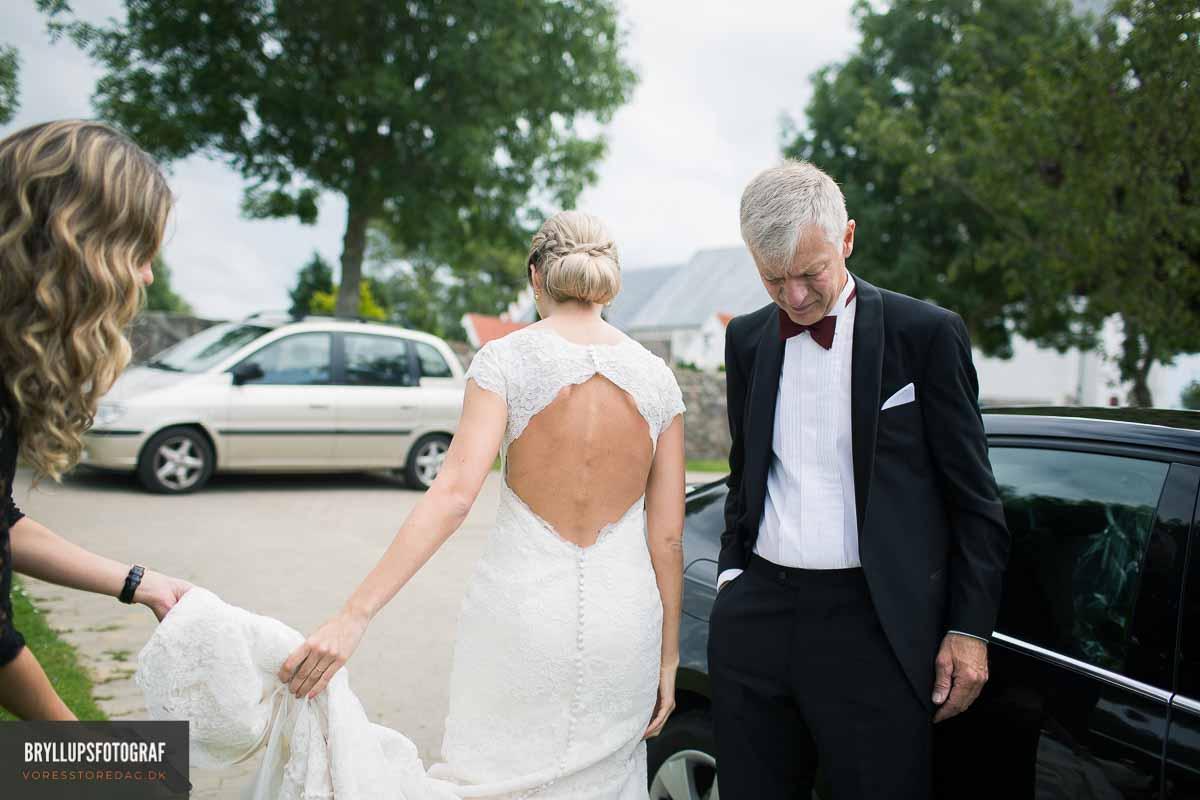 bruden bliver ført op ad kirkegulvet og en indgangssalme