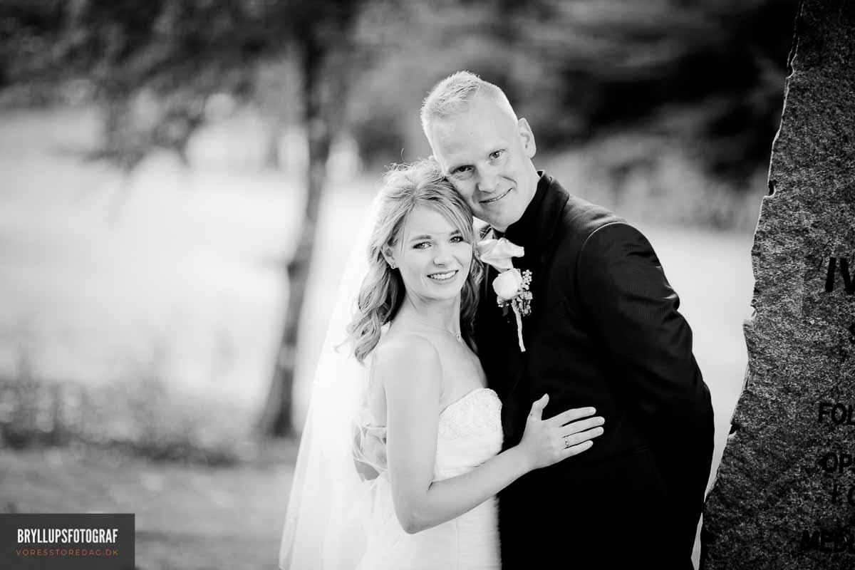 brudepar i haven ved hovborg kro