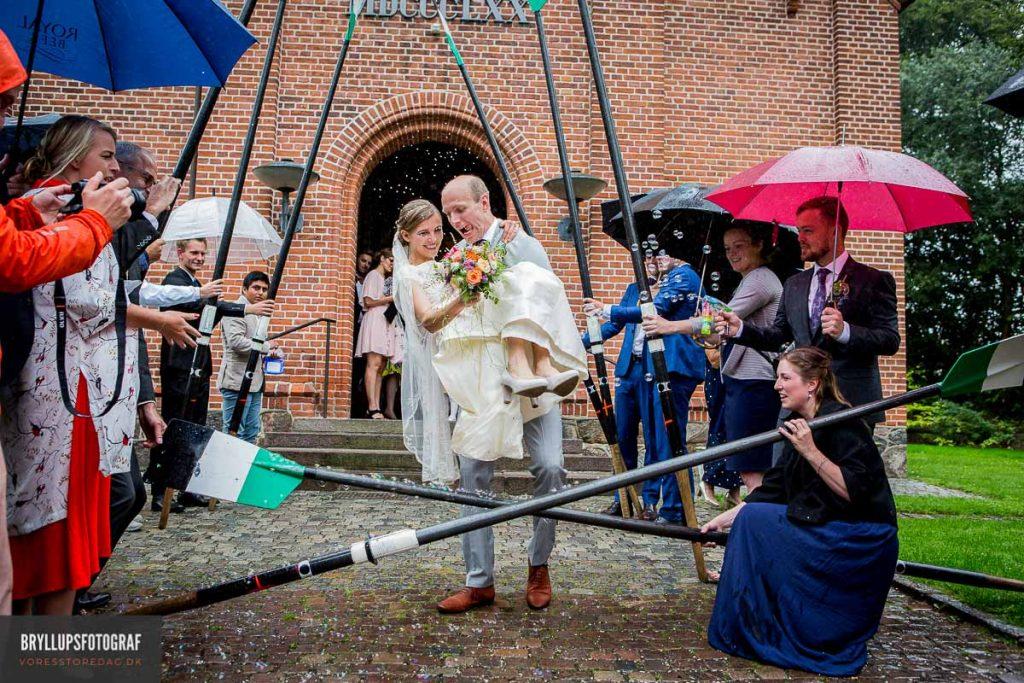 bruden løftes af gommen Vedbæk Kirke