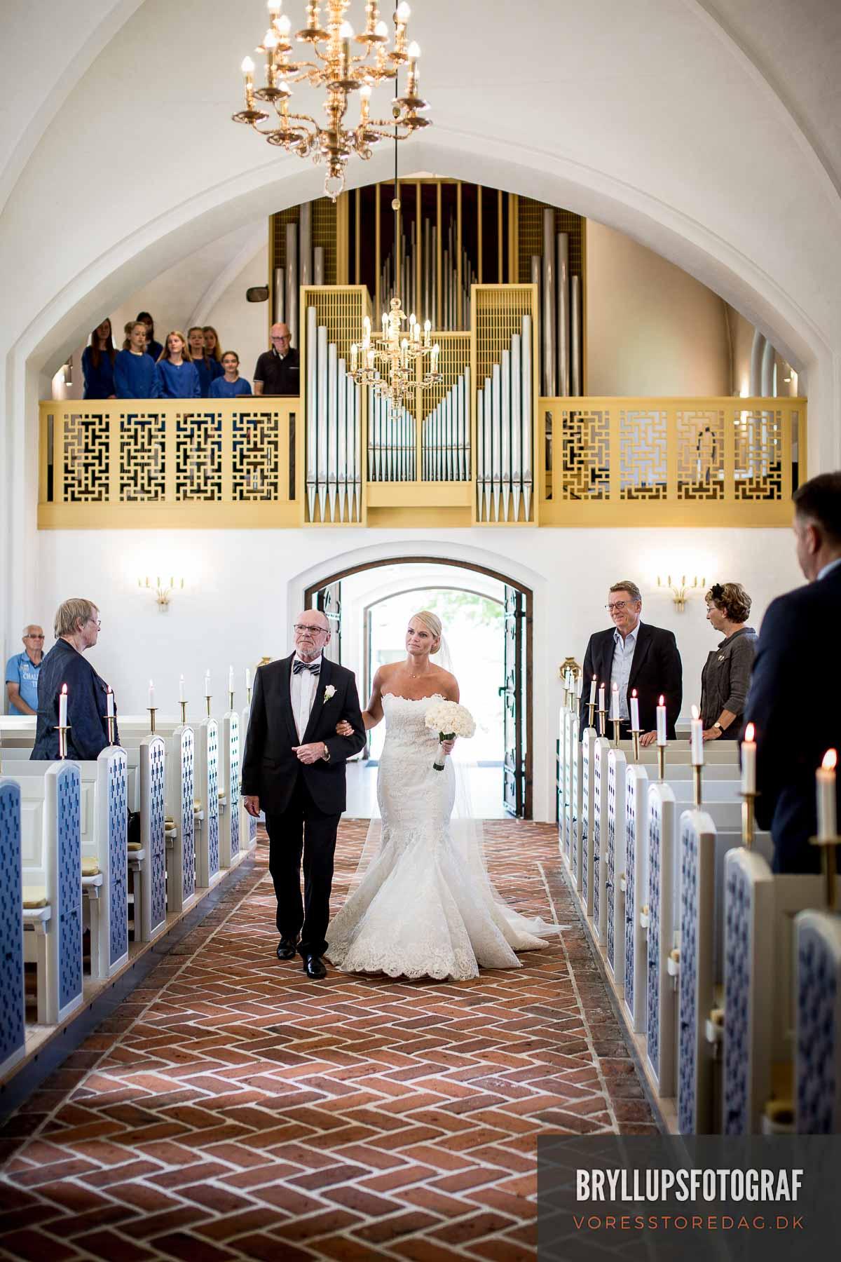 brudens far og bruden i Mølholmkirke