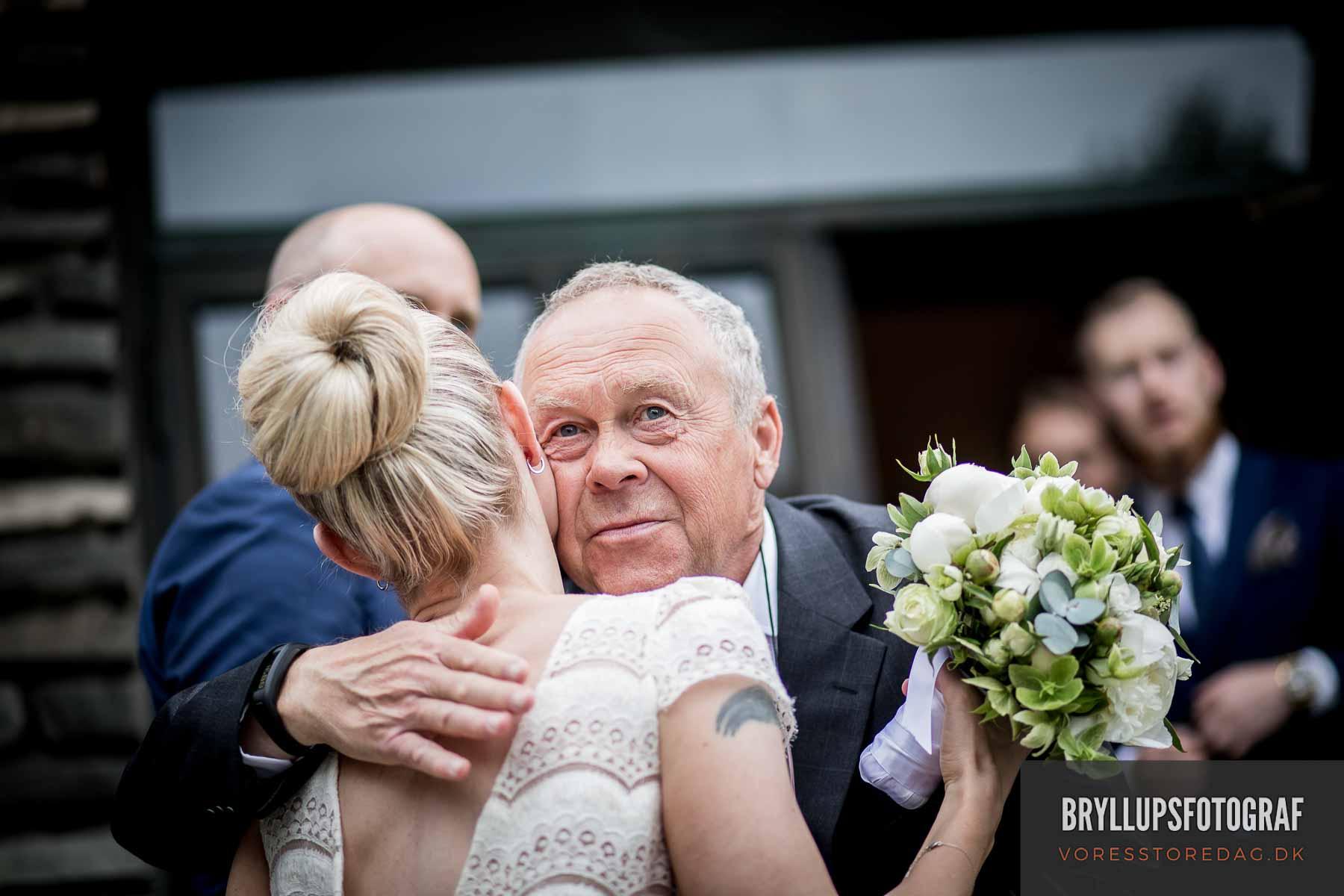 Vi skal vies af verdens sødeste præst i den norske sømandskirke i København
