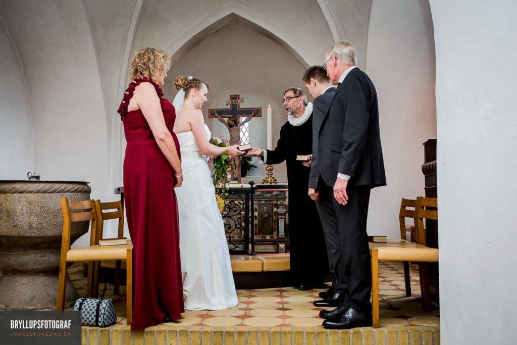 brudepar ved alter i greve kirke