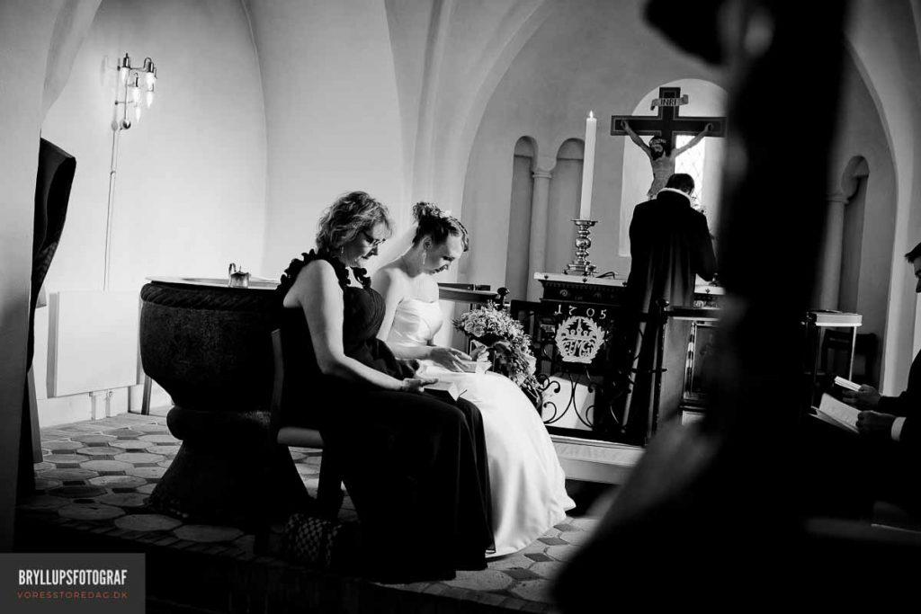 brud og brudepige i greve kirke