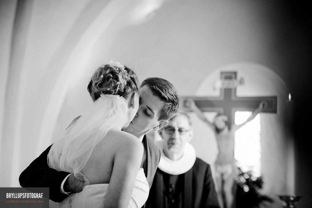 brudepar kysser i greve kirke