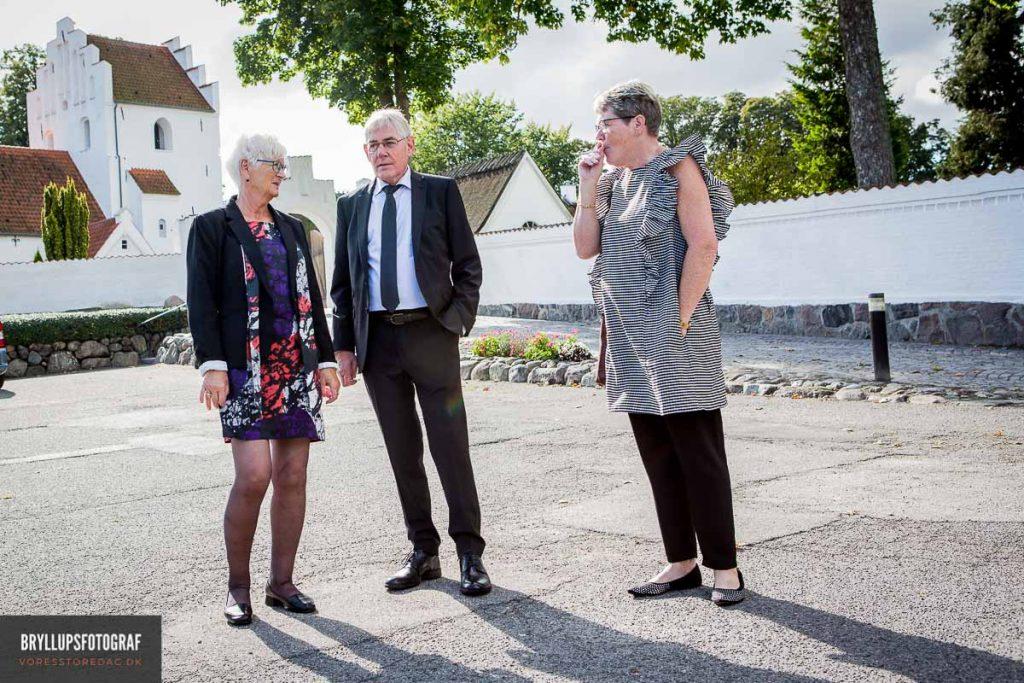 bryllupsgæster udenfor Greve Kirke
